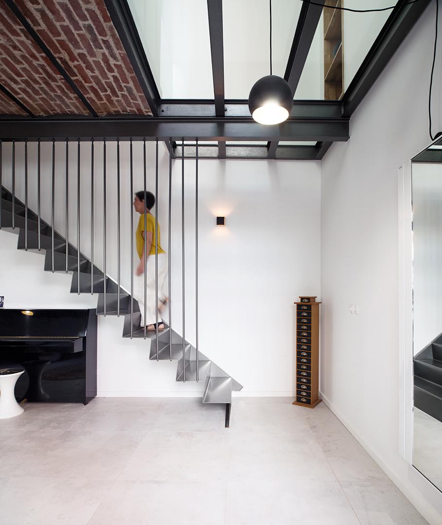 Escalier métallique suspendu