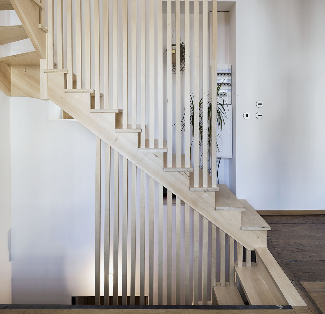 Escalier clair voie en bois